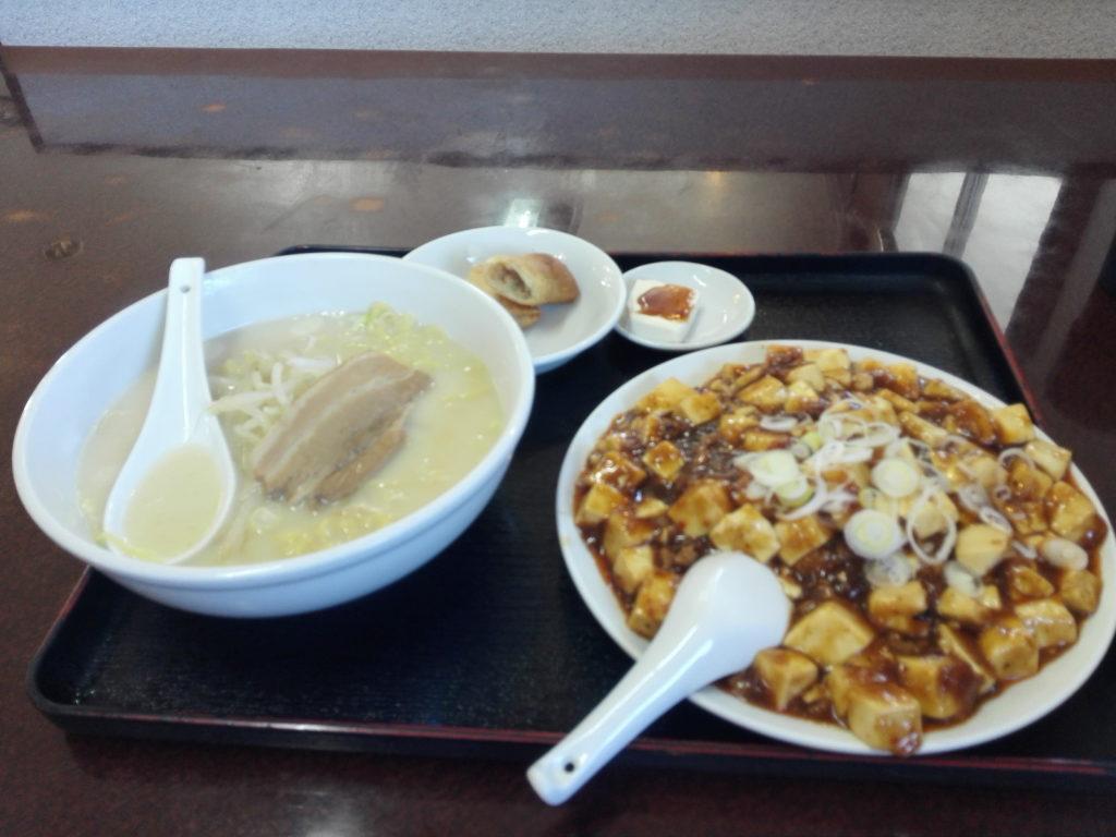 豚骨ラーメンと麻婆飯を台味館注文