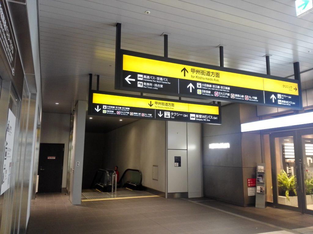バスタ新宿4F エスカレータ